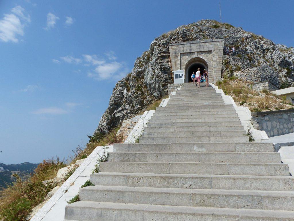 Les marches menant vers le Mont Lovcen, Montenegro